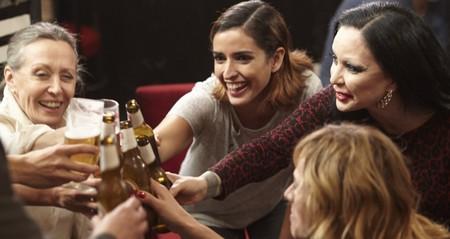 40 mujeres que son la caña: Y sí nos iríamos de cervezas con ellas (pese a lo que dice el estudio de la Asociación de Cerveceros)