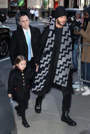 Para ir de acuerdo con la nueva papisa de la moda David Beckham se cuelga una estola alrededor del cuello