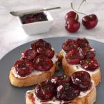 Crostini o tostas de cerezas agridulces con queso de cabra. Receta de aperitivo veraniego