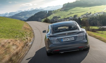 Tesla Model S posterior