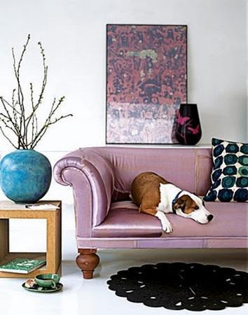 Un salón con toques de morado.