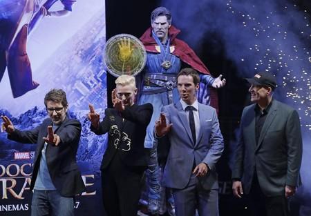Derrickson, Swinton y Cumberbatch con Kevin Feige en la premiere del film en Hong Kong
