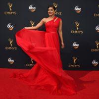 Jason Wu viste a Priyanka Chopra de deslumbrante mujer de rojo en la gala de los Emmy 2016