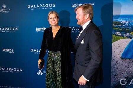 La Reina Máxima de Holanda nos enseña uno de sus mejores looks combinando lentejuelas y terciopelo en un estreno en Amsterdam