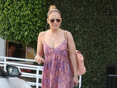 ¿Un vestido maxi para el look de calle? Jennifer Lopez se apunta (y nosotros a las rebajas)