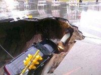 Un socavón se traga en Milwaukee un Cadillac Escalade