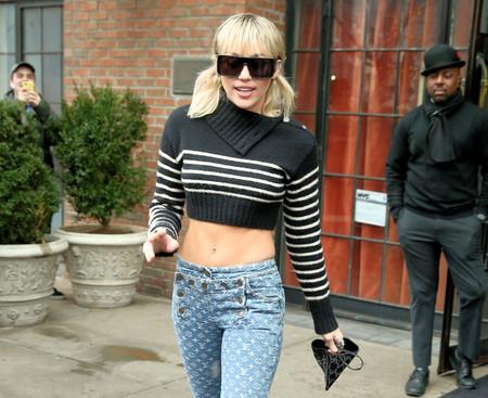 Miley Cyrus vuelve a cortarse el pelo en casa, pasándose a un pixie largo lleno de capas, flequillo redondo y asimetrías