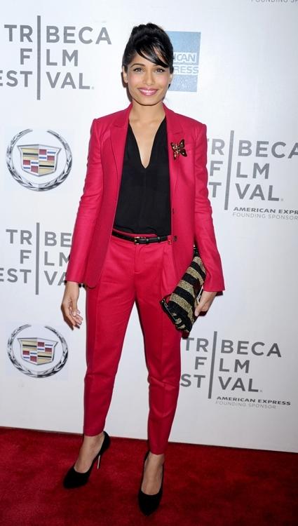 freida pinto traje rojo