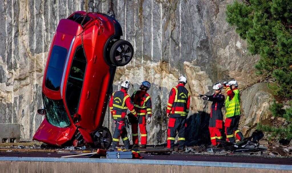Crash-test extremo: Volvo está lanzando sus coches desde una grúa para que los equipos de rescate mejoren sus técnicas