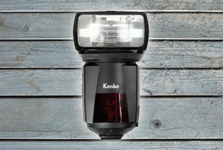 Kenko AI Flash AB600-R, un accesorio electrónico inteligente que mueve automáticamente su cabezal para lograr la mejor iluminación