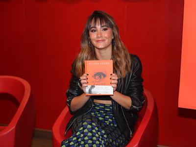 Aitana presenta su primer libro con unos pantalones que han robado todo el protagonismo