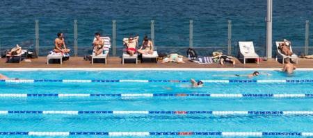 ¿Es cierto qué tienes que esperar una hora para nadar después de comer?