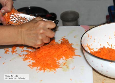 Rallando la zanahoria c m d a