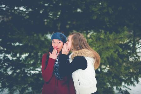 El cotilleo es una destreza social y no un defecto de personalidad