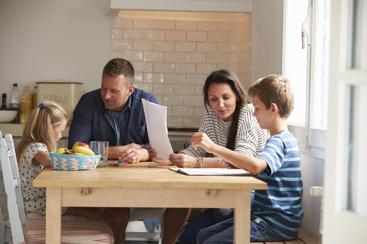 Ayudar a los niños a hacer los deberes: cuándo los padres podemos apoyar y cuándo dejarlos solos