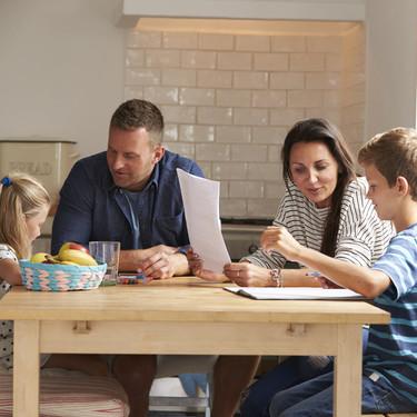 Ayudar a los niños a hacer los deberes: cuándo los padres podemos apoyar y cuándo es mejor dejarlos solos