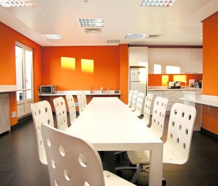 Espacios para trabajar las oficinas de idealista en madrid for Comedor para oficina