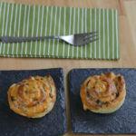 Espirales de hojaldre de tapenade y salmón ahumado. Receta fácil de aperitivo