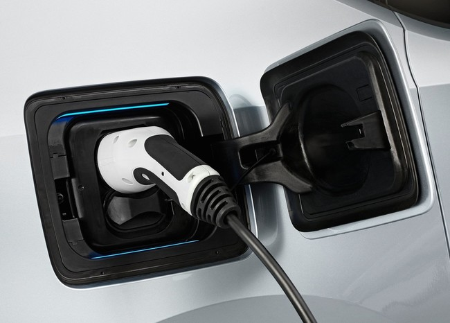 BMW prepara estaciones para cargar tu coche eléctrico al 100% en 15 minutos