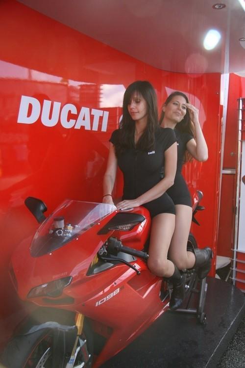 Foto de Las pit babes de Estoril en una Ducati 1098 (6/35)