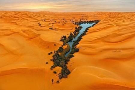 Los cristalinos lagos del mar de dunas de Ubari que matan de sed a quien los beba