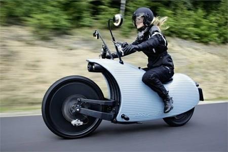 Una motocicleta eléctrica de diseño futurista con una autonomía de 200 kilómetros