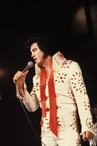 Ocho looks del Rey del Rock que jamás olvidaremos y que demuestran que Elvis Presley sigue vivo (por lo menos en moda)