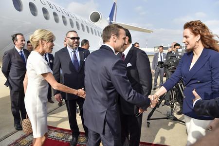 Brigitte Macron comienza a aburrirnos (y mucho) con sus vestidos cortos y de color blanco. ¡Esperábamos mucho más de tí!