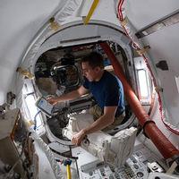 Cuatro trucos de astronauta para corregir la mala postura de espalda tras el confinamiento