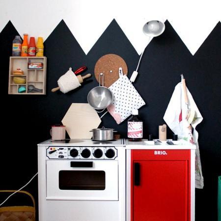 Un dormitorio infantil divertido y gráfico en blanco y negro