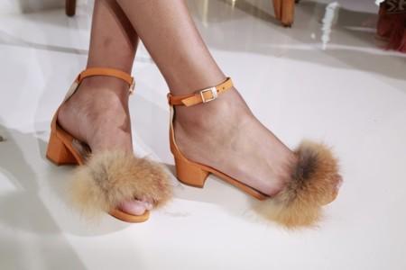 Los zapatos peludos llegan a Zara con polémica incluída