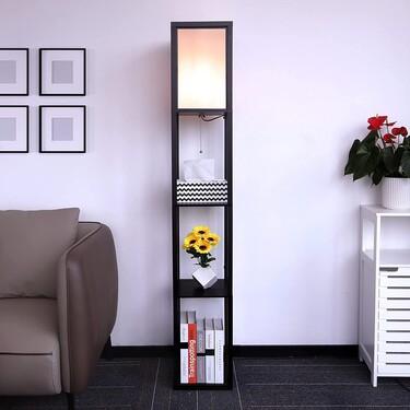 Lámpara y estantería a la vez: este mueble es ideal para ganar espacio de almacenamiento extra en nuestro salón o dormitorio