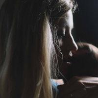 La carga de ser madre soltera: el 42% de las familias monoparentales está en riesgo de pobreza