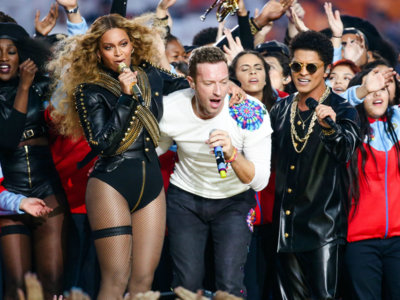 Indescriptibles los looks de Chris Martin y Bruno Mars en su actuación estelar durante la Super Bowl