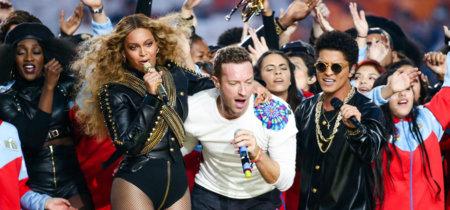 Indescriptibles los looks de Chris Martin y Bruno Mars en su actuación estelar durante la Super Bowl