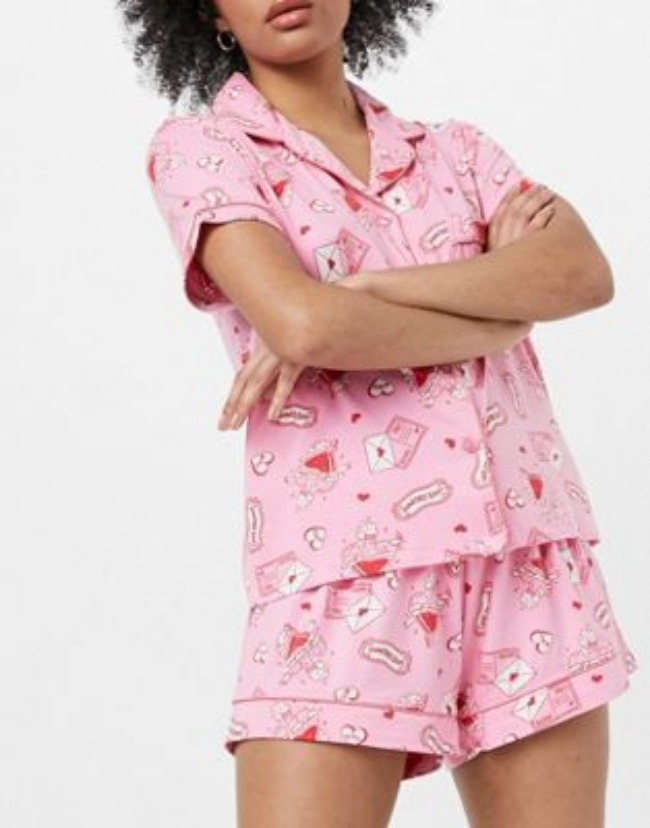 Pijama de color rosa