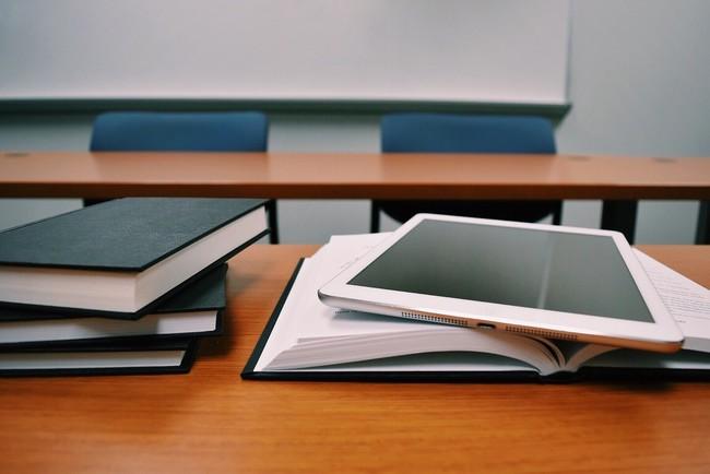 Detalle de libros y una tableta en una clase