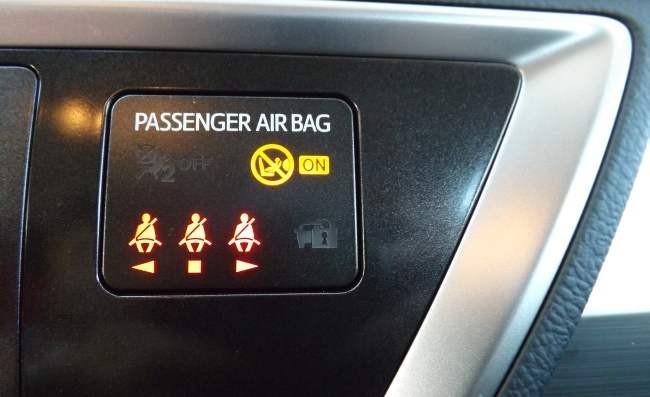 Toyota Auris Touring Sports 120D Active testigos cinturón seguridad trasero