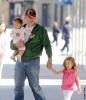26_Matt Damon con sus hijas Isabella y Gia.jpg
