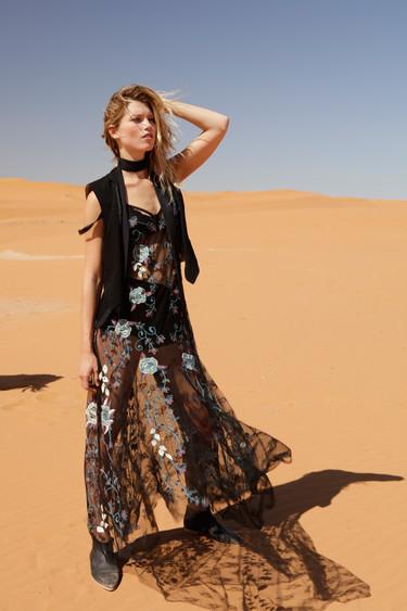 Free People viaja al desierto para el catálogo de diciembre (¡y nosotros también!)
