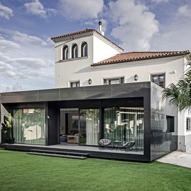 Una casa en Barcelona de estilo clásico mediterráneo que suma nuevos metros gracias a una moderna estructura