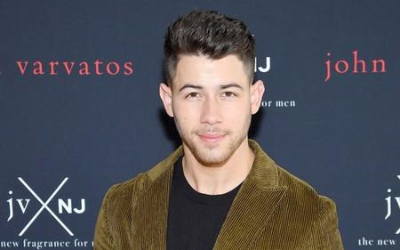 Nick Jonas viste el perfecto color para el otoño en el lanzamiento de su nueva fragancia para John Varvatos