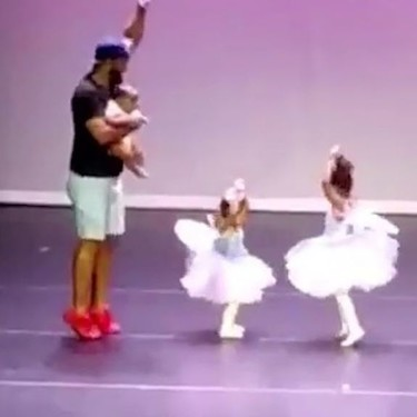 Se lanza al escenario para ayudar a su hija con miedo escénico y se convierte en protagonista de la función de fin de curso