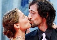 Elsa Pataky y Adrien Brody son muy empalagosos
