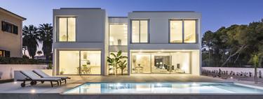 Puertas abiertas: armonía de sensaciones en una vivienda de dos plantas en Mallorca