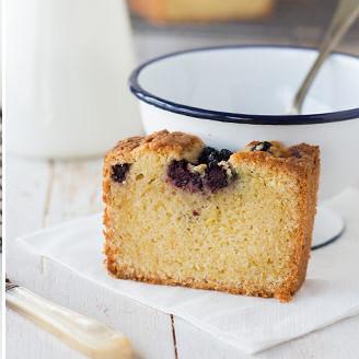 Bizcocho de moras y limón, receta para disfrutar del desayuno o la merienda