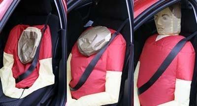 Pon un muñeco inflable en tu coche