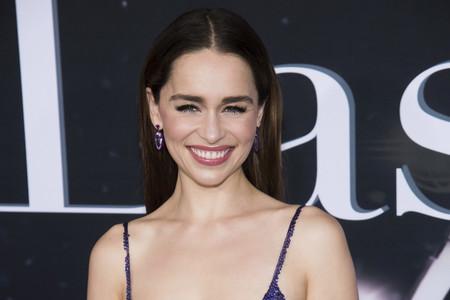 Las lentejuelas moradas de Valentino ofrecen a Emilia Clarke uno de los vestidos más bonitos para las próximas fiestas