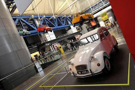 Exposición del Citroën 2CV en la Ciudad de las Ciencias y de la Industria de París