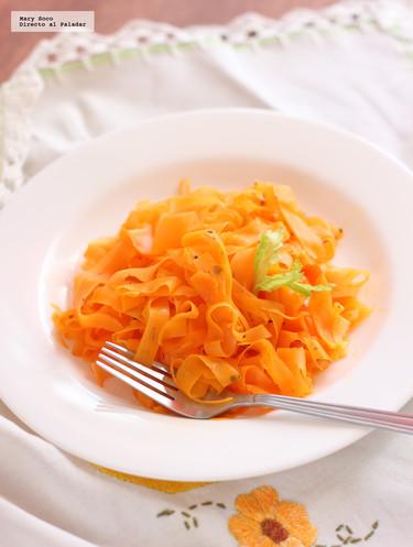 Listones de zanahoria con salsa de mantequilla y romero. Receta